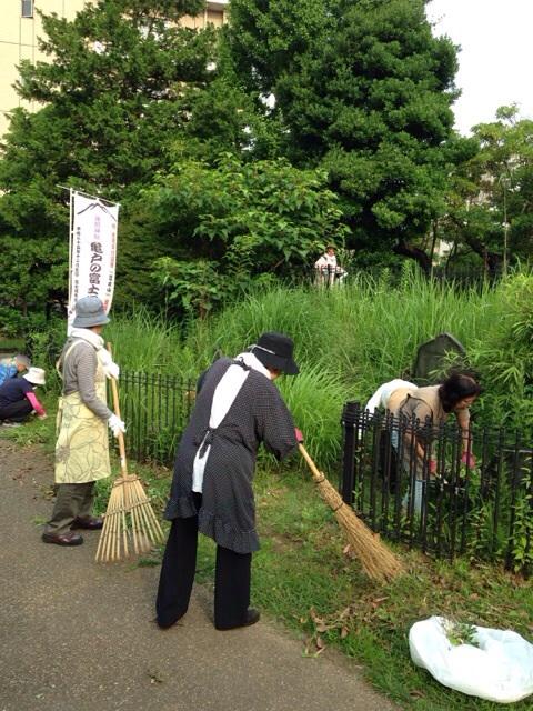 敬神婦人会会員が富士塚の草刈奉仕